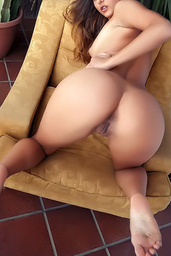 Yarina Nude On The Terrace